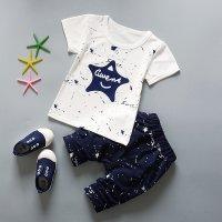 ชุดเสื้อยืดเด็กสีขาวรูปดาว และกางเกงสีกรมท่า