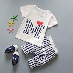 ชุดเสื้อยืดเด็กสีขาวรูปตัว M และกางเกงลายทาง